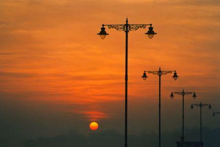 lampposts: Salida del sol y las farolas  Foto de archivo