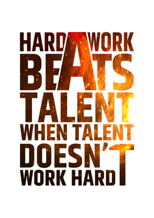 inspiración: El trabajo duro bate talento cuando el talento no trabaja duro. Motivación cita inspiradora en el fondo colorido brillante fuego. Vector concepto tipográfico