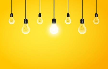 Hängende Glühbirnen mit glühenden ein auf einem gelben Hintergrund, Kopie, Raum. Vektor-Illustration für Ihr Design