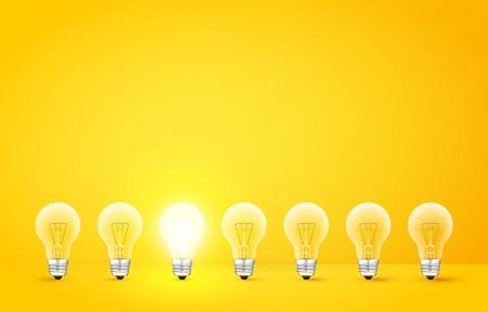 De pie en una fila de bombillas con una que brilla intensamente sobre un fondo amarillo. A diferencia de los demás o al hombre concepto extraño. ilustración vectorial