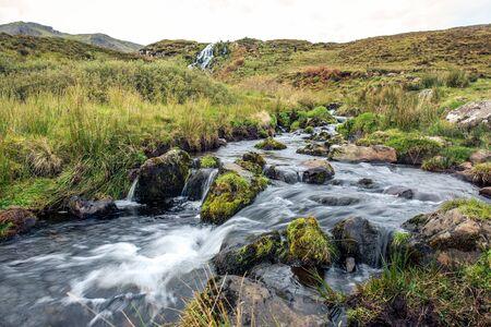 Un petit ruisseau dans les highlands écossais Banque d'images - 98383310