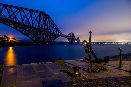 Un ciel nocturne bleu sur le pont de la place en ecosse Banque d'images - 98383312