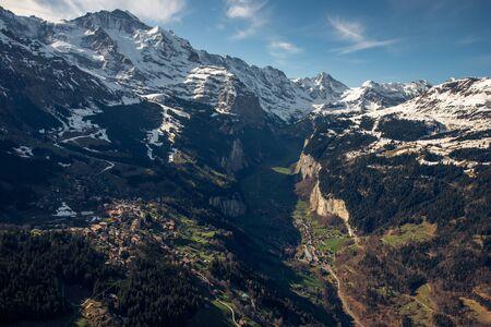Une vallée alpine en suisse Banque d'images - 98384111