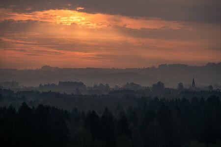Le coucher de soleil sur une vallée en france Banque d'images - 98384113