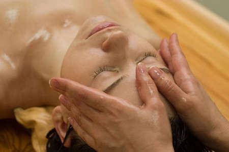 massage huile: Jeune femme sur l'huile de massage ayurv�dique aromath�rapie proc�dure