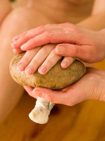 Huile de massage ayurvédique procédure avec pochette de riz et épices