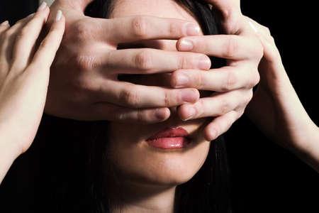 suspens: le visage de la jeune jolie femme de brunette sest ferm� par les mains dun certain homme, qui se tient derri�re elle