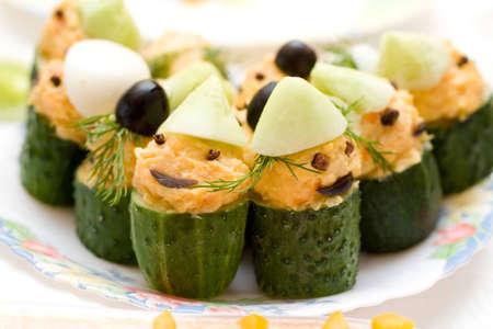 gnomos: la alimentaci�n infantil - pepinos rellenos, dise�ado como los gnomos Foto de archivo