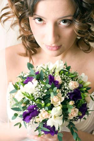 enigmatic: enigmatico stordimento splendida sposa con una bella mazzo di fiori