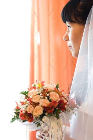 enigmatic: enigmatico sposa con una bella mazzo di fiori