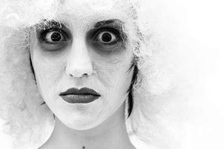 stage makeup: spooky femminile pagliaccio in fase di pesante make-up