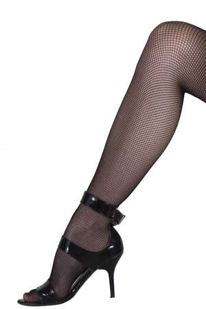 medias de red: Pierna de mujer sexy en balancines negros y zapatos de tac�n. Aislados en blanco