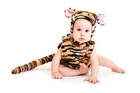 tigre bebe: Retrato de ni�o lindo en traje de tigre