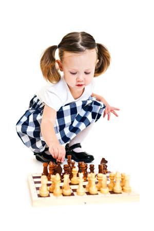 jugando ajedrez: Ni�a linda con una cola de caballo jugando al ajedrez. Aislado en blanco