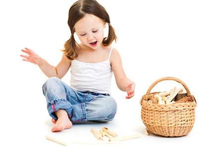 juguetes de madera: Niña linda jugando con cola de caballo. Aislado en blanco Foto de archivo