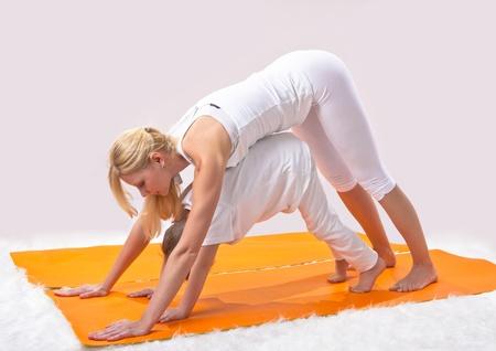 ni�os rubios: Una hermosa joven madre pr�cticas de yoga con su hijo Foto de archivo