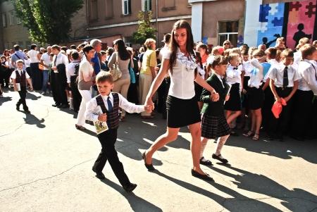 ni�os saliendo de la escuela: Conocimiento Day. Estudiante del �ltimo curso lleva a los ni�os la lecci�n primera