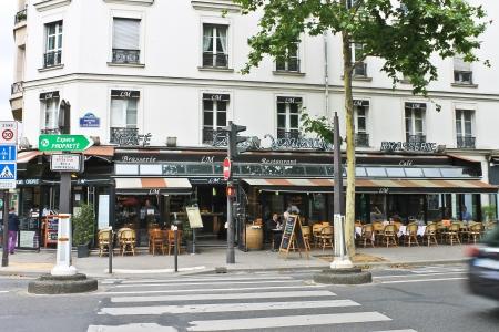 brasserie restaurant: Dans les rues de Paris. France