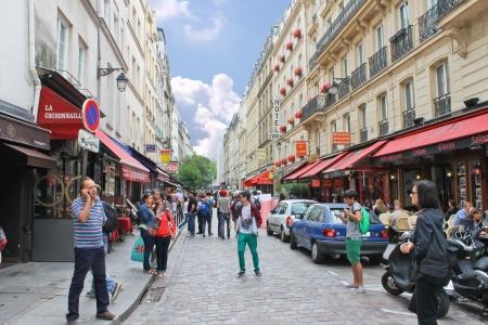 montmartre: Les gens dans les rues de Paris. France