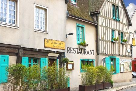 Fachada del restaurante en Chartres. Francia Foto de archivo - 18432346