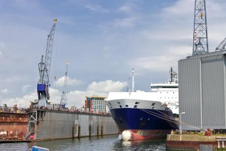 paesaggio industriale: Paesaggio industriale navi e gru in cantiere Archivio Fotografico