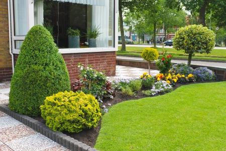 Kleine tuin aan de voorkant van het Nederlandse huis. Nederland