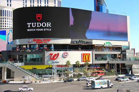 live entertainment: LAS VEGAS, NEVADA, USA - 21 ottobre, 2013: Miracle Mile Shops al Planet Hollywood Resort and Casino. E 'la patria di pi� di 170 negozi, 15 ristoranti e luoghi di intrattenimento dal vivo