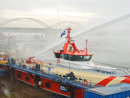 gorinchem: GORINCHEM, THE NETHERLANDS - FEBRUARY 13, 2012 : Ship melts the ice by steam gun in the harbor of Gorinchem  Editorial
