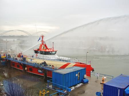 gorinchem: GORINCHEM, THE NETHERLANDS - FEBRUARY 13, 2012 : Ship melts the ice by steam gun in the harbor of Gorinchem