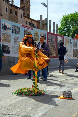 levitacion: ROMA, Italia - 04 de mayo 2014: Ejecutante de la calle en ropa de monje demuestra truco de levitaci�n en Roma, Italia