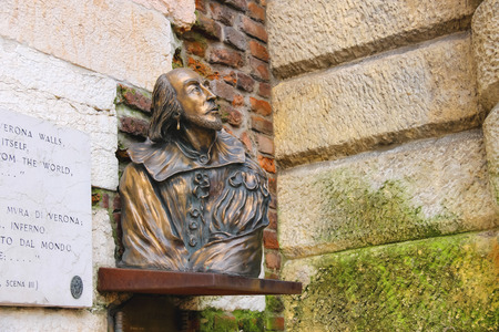 romeo and juliet: Bronze bust of William Shakespeare in Verona, Italy