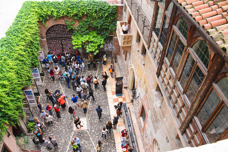 juliets: VERONA, ITALY - MAY 7, 2014: Tourists in the courtyard of Juliets house. Verona, Italy Editorial