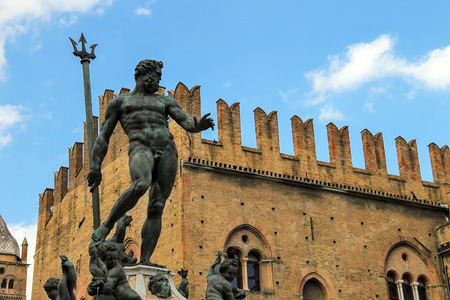 neptuno: Fuente de Neptuno en la Piazza Maggiore de Bolonia, Italia Editorial