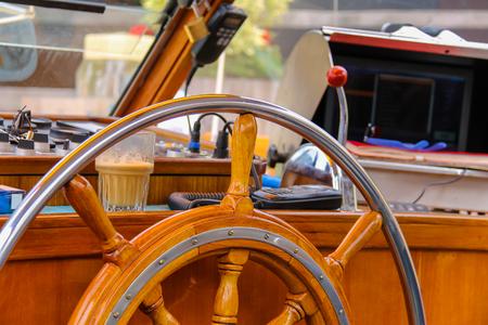 timon de barco: timón de barco y en el camarote del capitán del barco de cruceros Foto de archivo