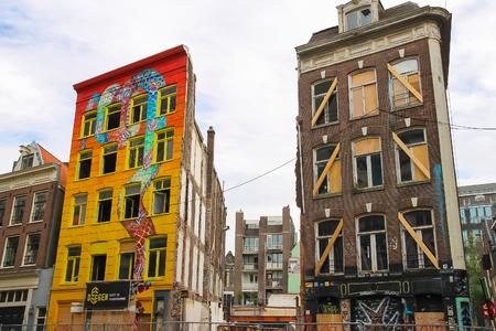 ortseingangsschild: Amsterdam, Niederlande -Oktober 03, 2015: Original Gebäude Kunst im historischen Stadtzentrum Editorial