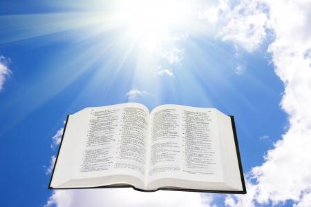 bible ouverte: Sainte Bible dans le ciel �clair� par la lumi�re du soleil