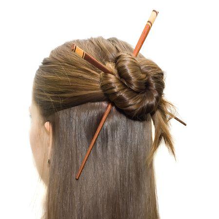 vrouw kapsel met Aziatische stokjes geïsoleerd op wit.