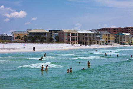 Florida Gulf Coast strand met mensen zwemmen