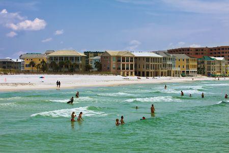 Florida gulf coast beach met mensen zwemmen