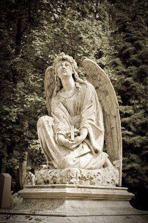 Angel standbeeld van een kerk hof of nacht