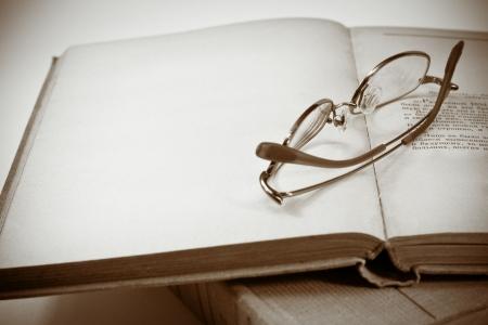 Boek en brillen Stockfoto - 5932881