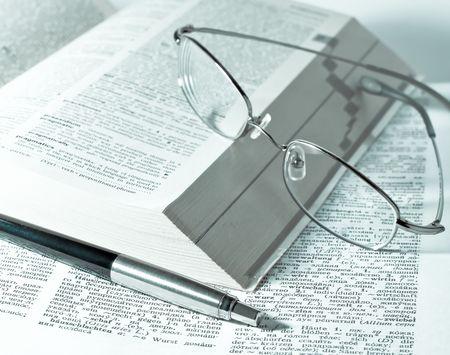 close-up van boeken, pen en glazen