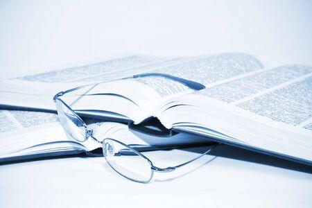 Glazen en boeken concept van studie Stockfoto
