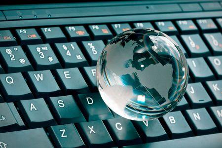 accessibilit�: vetro piccole globo su una tastiera portatile  Archivio Fotografico