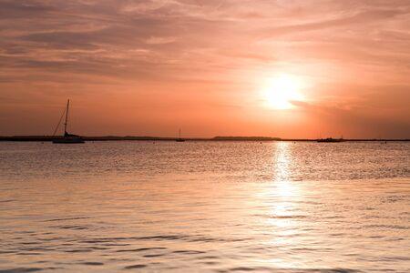Zeilboot silhouet over zons ondergang hemel. Fernand ina beach, Florida, Verenigde Staten  Stockfoto