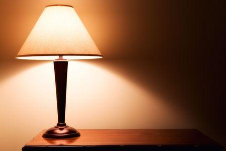 oude mode tafellamp op donkere kamer