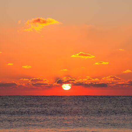Rode zons opgang op de zee