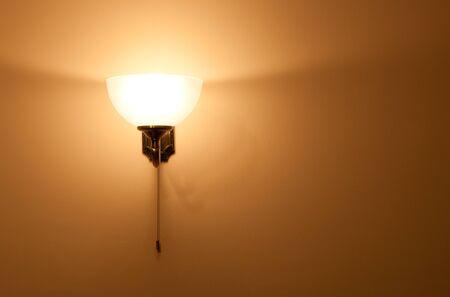 wall sconce: Candelero cl�sico iluminada en la pared Foto de archivo