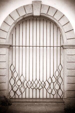 puertas de hierro: Foto de estilo retro de puertas de hierro antiguo