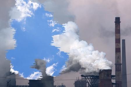 contaminacion aire: Planta con humo y azul cielo. Concepto de la contaminaci�n del aire